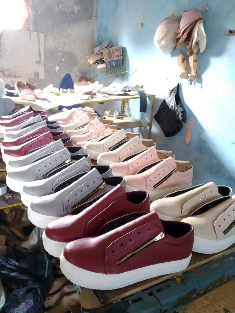 Proses Pembuatan Sepatu Sneakers Wanita