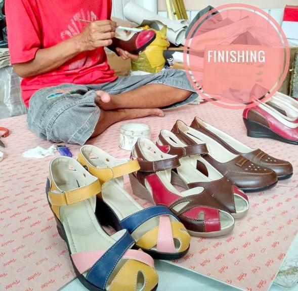 Proses finishing pembuatan sepatu handmade