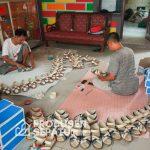 Proses-finishing-quality-control-produk-sandal-custom-handmade-yang-lucu
