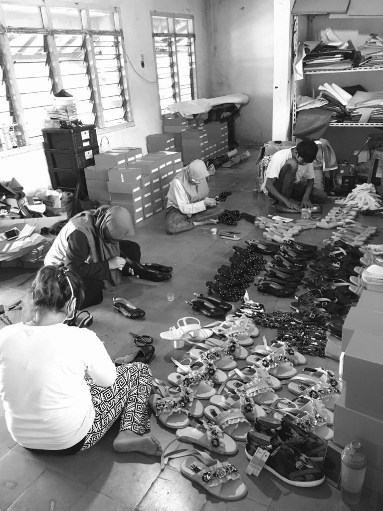 Proses produksi pembuatan sepatu lokal