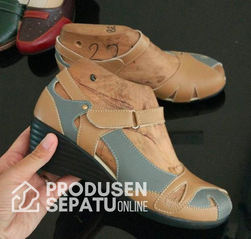 Sepatu Sandal Wedges Coklat