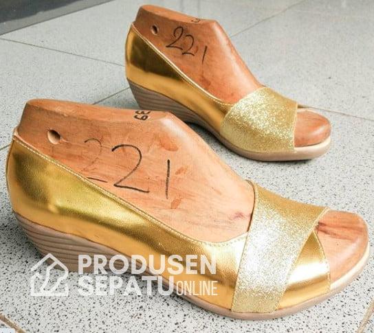 Sepatu Sendal Wedges Warna Gold