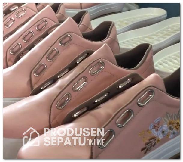 Sneakers Wanita Aksen Bordir